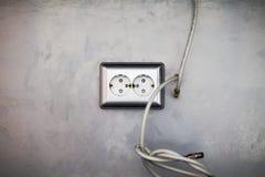 Τοποθετώντας τις υποδοχές, εγκαταστήστε τις εξόδους εναλλασσόμενου ρεύματος με το κατσαβίδι στοκ φωτογραφία με δικαίωμα ελεύθερης χρήσης