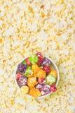 Τοπ άποψη, ένας κάδος γλυκό, πολύχρωμο popcorn, στα πλαίσια των διεσπαρμένων νιφάδων στοκ εικόνες με δικαίωμα ελεύθερης χρήσης