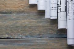 Τοπ άποψη αρχιτεκτόνων worplace Αρχιτεκτονικό πρόγραμμα, σχεδιαγράμματα, ρόλοι σχεδιαγραμμάτων για τον ξύλινο πίνακα γραφείων Κατ στοκ εικόνες