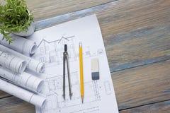 Τοπ άποψη αρχιτεκτόνων worplace Το αρχιτεκτονικό πρόγραμμα, σχεδιαγράμματα, σχεδιάγραμμα κυλά και πυξίδα διαιρετών, παχυμετρικοί  Στοκ Εικόνες