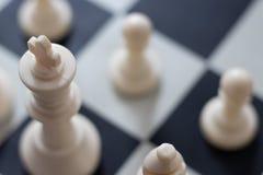 Τοπ άποψη βασιλιάδων κινηματογραφήσεων σε πρώτο πλάνο αρχής σκακιού στοκ εικόνες