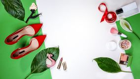 Τοπ άποψη για το θηλυκό κόκκινο φύλλο και το ροζ καλλυντικών εξαρτημάτων παπουτσιών σχεδιαγράμματος εξαρτήσεων κομμάτων στις 8 Μα στοκ εικόνες