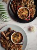 Τοπ άποψη δύο πιάτων της ομελέτας με τα λουκάνικα Στοκ εικόνα με δικαίωμα ελεύθερης χρήσης