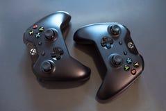 Τοπ άποψη δύο σύγχρονων μαύρων ελεγκτών της Sony PlayStation για videogames οδήγησης και παιχνιδιού Στοκ εικόνα με δικαίωμα ελεύθερης χρήσης