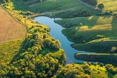 Τοπ άποψη, εναέρια φωτογραφία από τον κηφήνα ή το αερόστατο στο πανόραμα τοπίων θερινής φύσης, πράσινοι λιβάδια και ποταμός στην  Στοκ Φωτογραφία