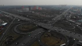 Τοπ άποψη ενός βασικού δρόμου στην πόλη E Η κάμερα πετά πέρα από την οδική σύνδεση _ απόθεμα βίντεο