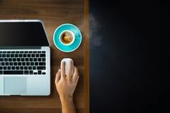 Τοπ άποψη ενός επιχειρηματία που χρησιμοποιεί τον υπολογιστή εργασίας του σε ένα γραφείο Στοκ Φωτογραφίες