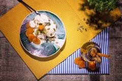 Τοπ άποψη ενός θερινού επιδορπίου Παγωτό βανίλιας και βάζο του χυμού βερίκοκων σε ένα ξύλινο υπόβαθρο Κρεμώδη οργανικά πρόχειρα φ στοκ φωτογραφία με δικαίωμα ελεύθερης χρήσης