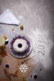 Τοπ άποψη ενός κέικ Χριστουγέννων σε ένα επιτραπέζιο υπόβαθρο Πικάντικο διακοσμημένο κέικ με το σημάδι του 2018 Έννοια Χριστουγέν Στοκ εικόνα με δικαίωμα ελεύθερης χρήσης