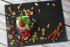 Τοπ άποψη ενός καταφερτζή και οργανικών συστατικών σε ένα επιτραπέζιο υπόβαθρο Γλυκό κρύο milkshake με τη μέντα και τα σμέουρα Στοκ Εικόνες