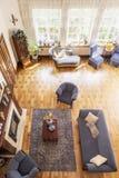 Τοπ άποψη ενός κλασικού, μπλε εσωτερικού καθιστικών με έναν καναπέ, των πολυθρόνων, της εστίας, των παραθύρων και του ξύλινου παρ στοκ εικόνες