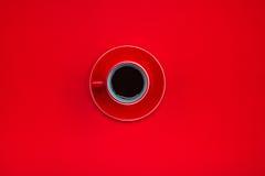 Τοπ άποψη ενός κόκκινου φλυτζανιού του νόστιμου καφέ espresso Στοκ Εικόνες