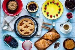Τοπ άποψη ενός ξύλινου επιτραπέζιου συνόλου των κέικ, φρούτα, καφές, μπισκότα Στοκ Φωτογραφίες