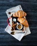 Τοπ άποψη ενός ξύλινου επιτραπέζιου συνόλου των κέικ, φρούτα, καφές, μπισκότα Στοκ Φωτογραφία