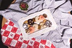 Τοπ άποψη ενός πιάτου με τα μπισκότα σε έναν πίνακα στοκ φωτογραφίες με δικαίωμα ελεύθερης χρήσης