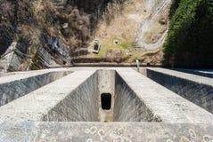 Τοπ άποψη ενός φράγματος στη λίμνη & x28 Brugneto Λιγυρία, βόρειο Italy& x29  Στοκ Εικόνες