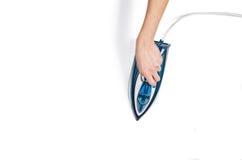 Τοπ άποψη ενδυμάτων σιδερώματος χεριών γυναικών σχετικά με το άσπρο υπόβαθρο Στοκ Φωτογραφίες