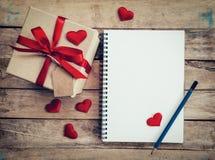 Τοπ άποψη επάνω από το κιβώτιο δώρων και την κόκκινη κόκκινης καρδιά κορδελλών και με τη σημείωση Στοκ φωτογραφία με δικαίωμα ελεύθερης χρήσης