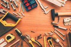 Τοπ άποψη εργαλείων χόμπι handyman σχετικά με το γραφείο εργαστηρίων στοκ εικόνες