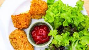 Τοπ άποψη εύγευστα κυλινδρικά Croquettes και των φρέσκων λαχανικών σε ένα άσπρο πιάτο απόθεμα βίντεο