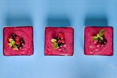 Τοπ άποψη διάφορες μερίδες του καταφερτζή μούρων στο μπλε κεραμικό υπόβαθρο Καλά - όντας, υγιής έννοια κατανάλωσης, Detox ή διατρ Στοκ Φωτογραφία