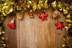 Τοπ άποψη, διακόσμηση Χριστουγέννων συνόρων Χριστουγέννων σχετικά με το παλαιό ξύλο Στοκ φωτογραφία με δικαίωμα ελεύθερης χρήσης