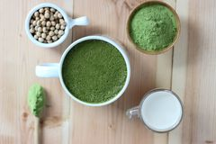 Τοπ άποψη, καυτό πράσινο τσάι Matcha Latte περίβολων επάνω Διακοσμήστε με το pow στοκ φωτογραφία με δικαίωμα ελεύθερης χρήσης