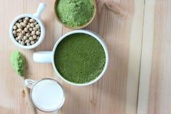 Τοπ άποψη, καυτό πράσινο τσάι Matcha Latte περίβολων επάνω Διακοσμήστε με το pow στοκ φωτογραφίες