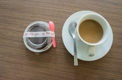 Τοπ άποψη, καφές στο άσπρο φλυτζάνι, ξύλινο υπόβαθρο Στοκ εικόνες με δικαίωμα ελεύθερης χρήσης