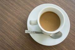 Τοπ άποψη, καφές στο άσπρο φλυτζάνι, ξύλινο υπόβαθρο Στοκ Φωτογραφίες