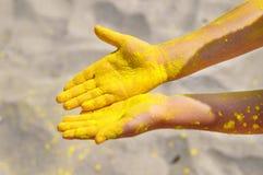Τοπ άποψη κινηματογραφήσεων σε πρώτο πλάνο των κενών χαριτωμένων χεριών παιδιών ` s βρώμικων λόγω της ζωηρόχρωμης σκόνης κίτρινο  στοκ εικόνες με δικαίωμα ελεύθερης χρήσης