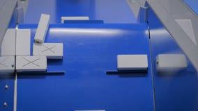 Τοπ άποψη - κινούμενα άσπρα μικρά κουτιά από χαρτόνι στη ζώνη μεταφορέ απόθεμα βίντεο