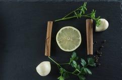 Τοπ άποψη λεμονιών, μαϊντανού, κανέλας και σκόρδου Στοκ Εικόνα