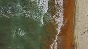 Τοπ άποψη μιας εγκαταλειμμένης παραλίας κοντά στον απότομο βράχο Ελληνική ακτή της ιόνιας θάλασσας απόθεμα βίντεο