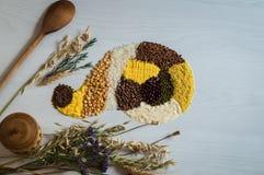 Τοπ άποψη μιας διασποράς στα δημητριακά και τα σιτάρια σε ένα άσπρο υπόβαθρο Στοκ Φωτογραφία