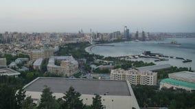 Τοπ άποψη μιας μεγάλης πόλης θαλασσίως νύχτα ημέρας Μπακού, Αζερμπαϊτζάν Χρονικό σφάλμα απόθεμα βίντεο