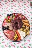 Τοπ άποψη μιας πιατέλας κομμάτων με τα κρέατα και το τυρί Στοκ φωτογραφία με δικαίωμα ελεύθερης χρήσης