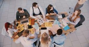Τοπ άποψη, ομάδα ευτυχών επιχειρηματιών που εργάζονται μαζί στο καθιε φιλμ μικρού μήκους
