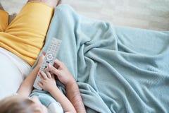 Τοπ άποψη πέρα από την τηλεόραση οικογενειακής προσοχής στον καναπέ στοκ φωτογραφίες