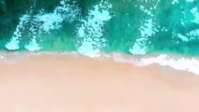 Τοπ άποψη παραλιών ή εναέρια άποψη με το σμαραγδένιους μπλε νερό σκιάς και τον αφρό κυμάτων ύφος watercolor απόθεμα βίντεο