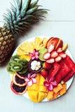 Τοπ άποψη πιάτων και ανανά φρούτων Στοκ Εικόνες