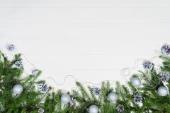 Τοπ άποψη πλαισίων υποβάθρου Χριστουγέννων σχετικά με το λευκό με το διάστημα αντιγράφων Στοκ εικόνες με δικαίωμα ελεύθερης χρήσης