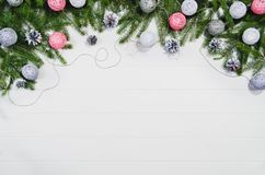 Τοπ άποψη πλαισίων υποβάθρου Χριστουγέννων σχετικά με το λευκό με το διάστημα αντιγράφων Στοκ εικόνα με δικαίωμα ελεύθερης χρήσης