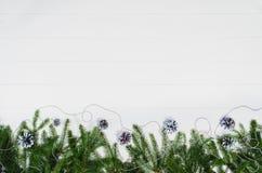 Τοπ άποψη πλαισίων υποβάθρου Χριστουγέννων σχετικά με το λευκό με το διάστημα αντιγράφων Στοκ Εικόνα
