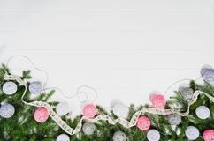 Τοπ άποψη πλαισίων υποβάθρου Χριστουγέννων σχετικά με το λευκό με το διάστημα αντιγράφων Στοκ Φωτογραφίες