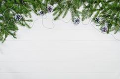 Τοπ άποψη πλαισίων υποβάθρου Χριστουγέννων σχετικά με το λευκό με το διάστημα αντιγράφων Στοκ φωτογραφία με δικαίωμα ελεύθερης χρήσης