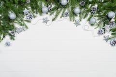 Τοπ άποψη πλαισίων υποβάθρου Χριστουγέννων σχετικά με το λευκό με το διάστημα αντιγράφων Στοκ Εικόνες