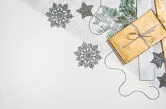 Τοπ άποψη πλαισίων υποβάθρου χριστουγεννιάτικων δώρων ή δώρων σχετικά με το λευκό Στοκ εικόνες με δικαίωμα ελεύθερης χρήσης