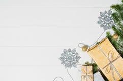 Τοπ άποψη πλαισίων υποβάθρου χριστουγεννιάτικων δώρων ή δώρων σχετικά με το λευκό Στοκ φωτογραφία με δικαίωμα ελεύθερης χρήσης