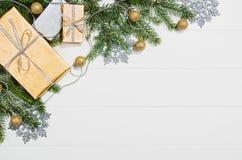 Τοπ άποψη πλαισίων υποβάθρου χριστουγεννιάτικων δώρων ή δώρων σχετικά με το λευκό Στοκ Εικόνα